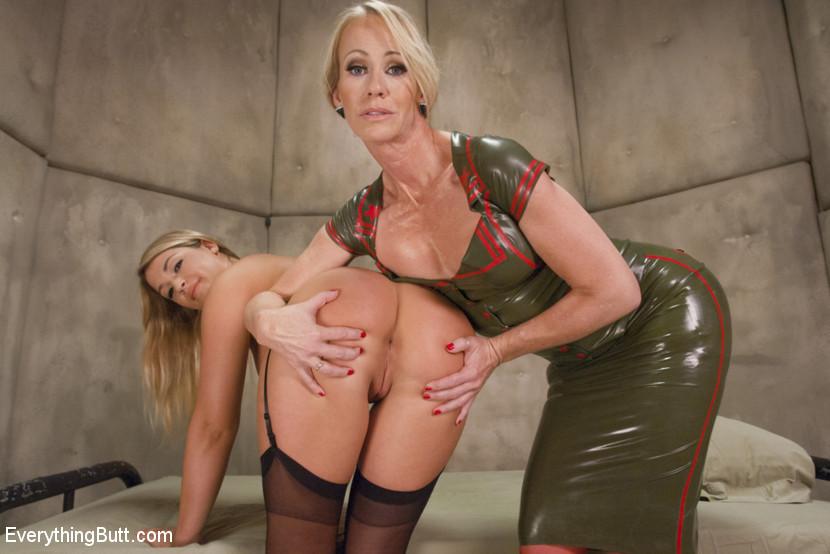 Симона сделала из Дженни послушную деваху