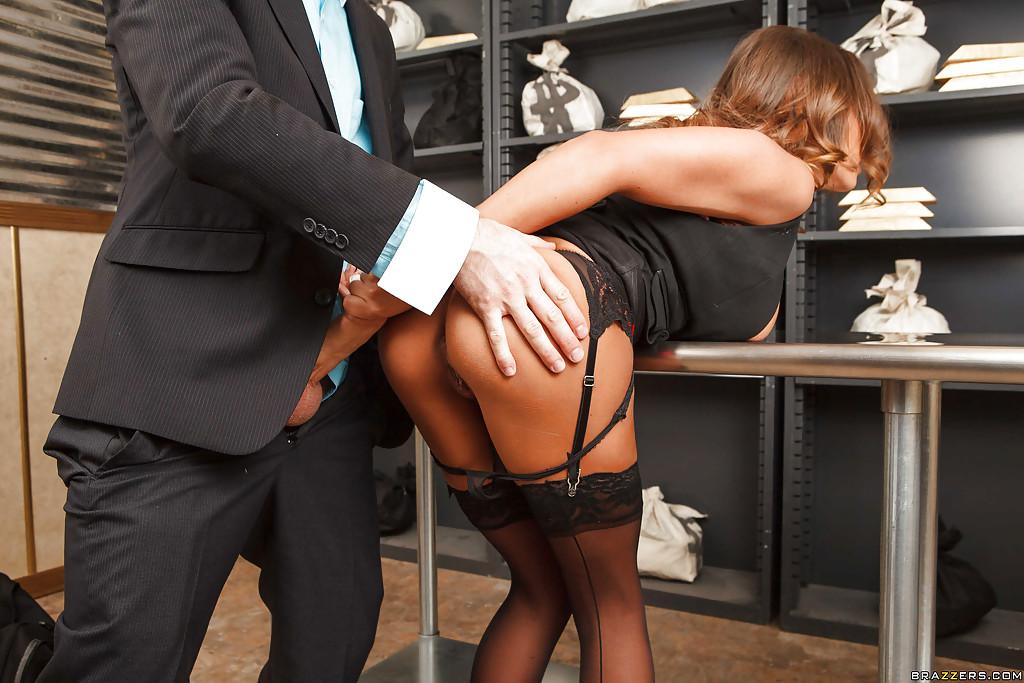 Наводчик трахнул кассиршу Madison Ivy во время ограбления банка