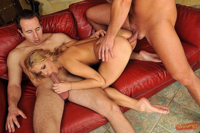 Блондинку ставят раком, чтобы подобраться к ее розовым дырочкам, ее трахают два хуя