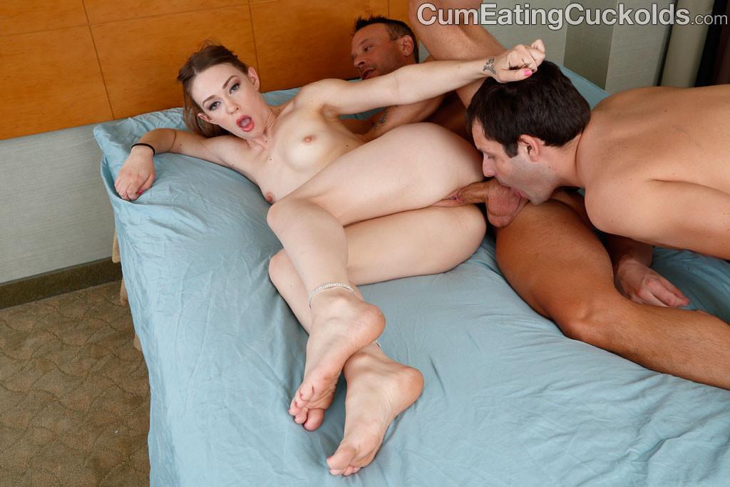 Муж внимательно смотрит как фаллос постороннего самца входит в ее влагалище