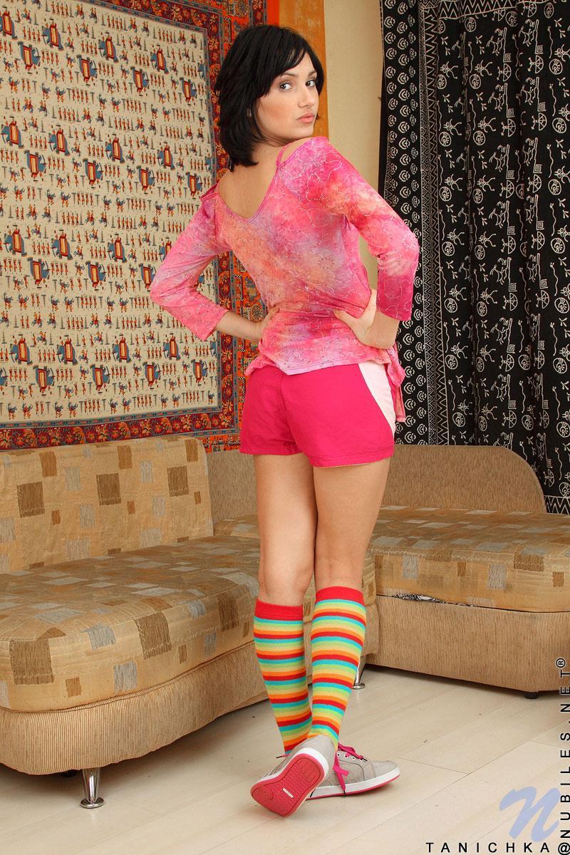 Tanichka Nubiles ебёт фаллоимитатором и раскрывает свою детскую киску после того как освобождается от розовой одежды