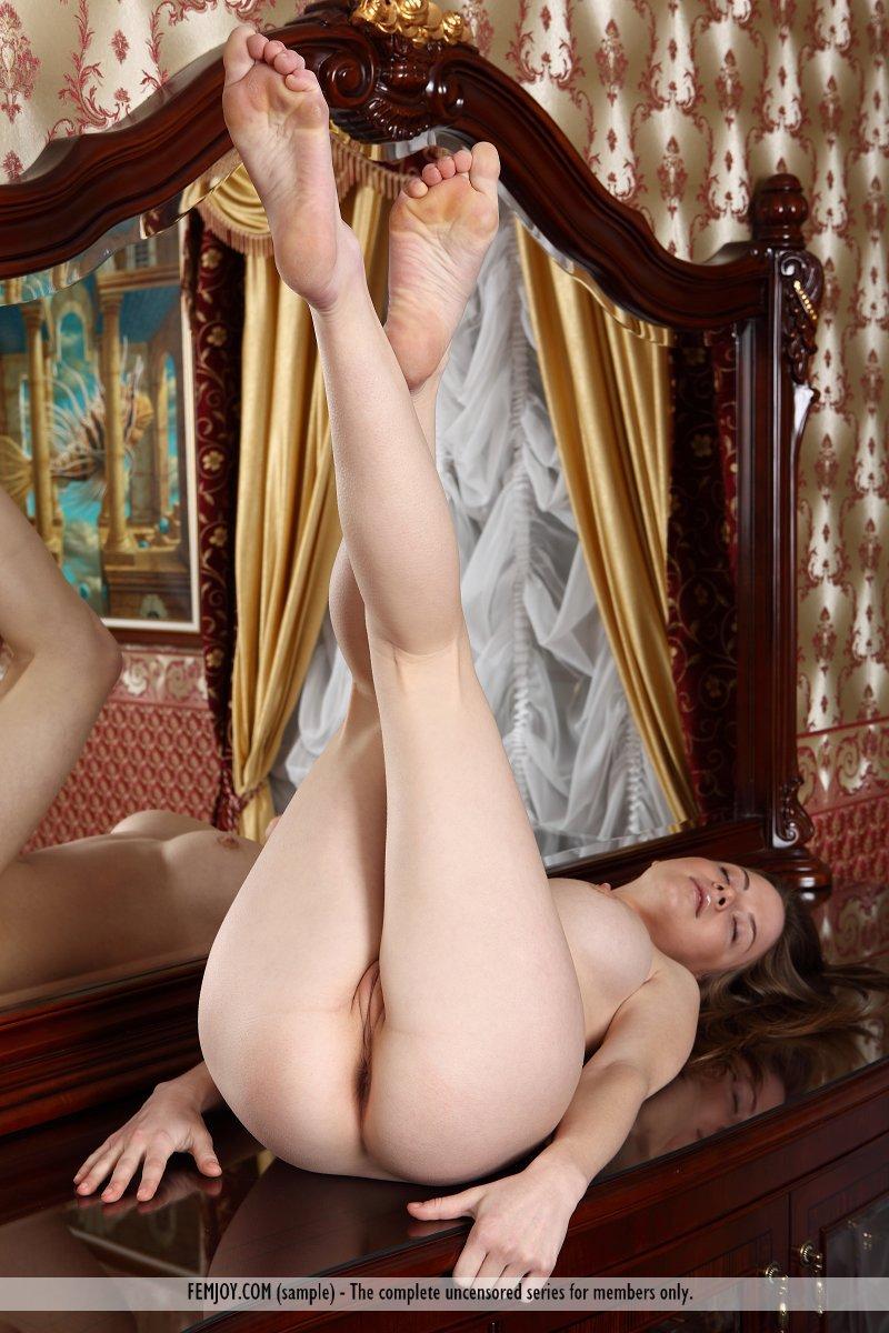 Брюнетка-извращенка Anita C задирает ножки и разводит их