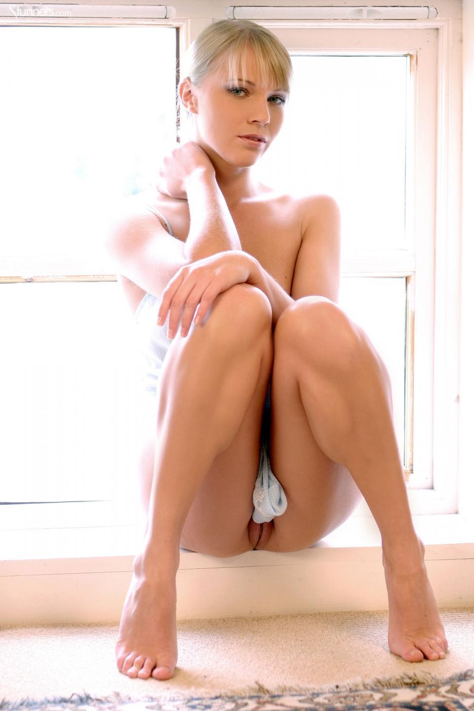 Возбуждающая красоточка Abigail Toyne в сорочке развела свои длинные ножки и оголила свою розовость
