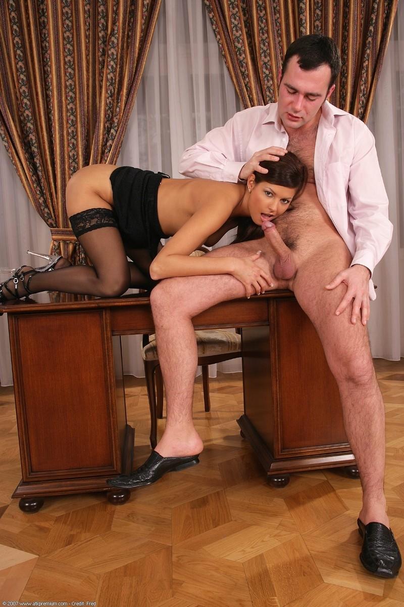 Трахнул секретаршу у себя в кабинете