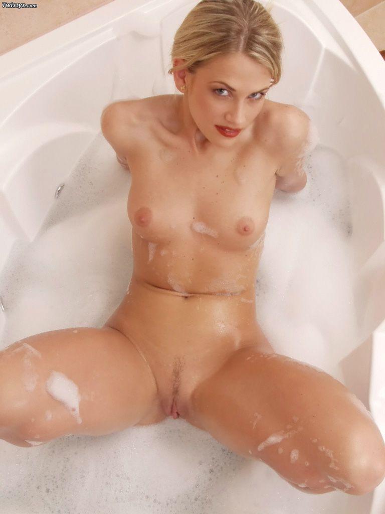 Раздетая няшка Holly Twistys принимает горячий пенный душ и доставляет себе огромное наслаждение