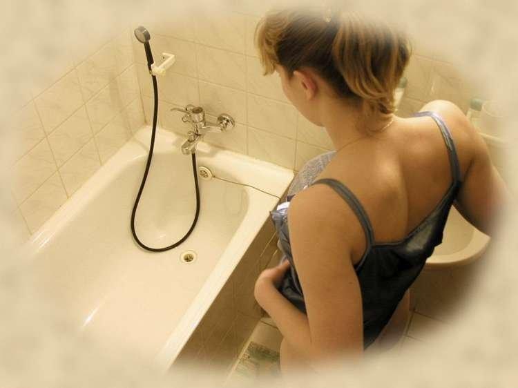 Нимфоманка принимает душ