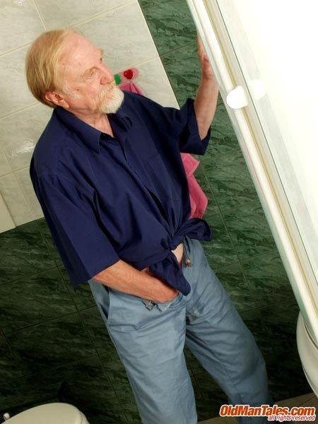 Зрелый мужчина наблюдает за юной голенькой тёлкой в ванной комнате