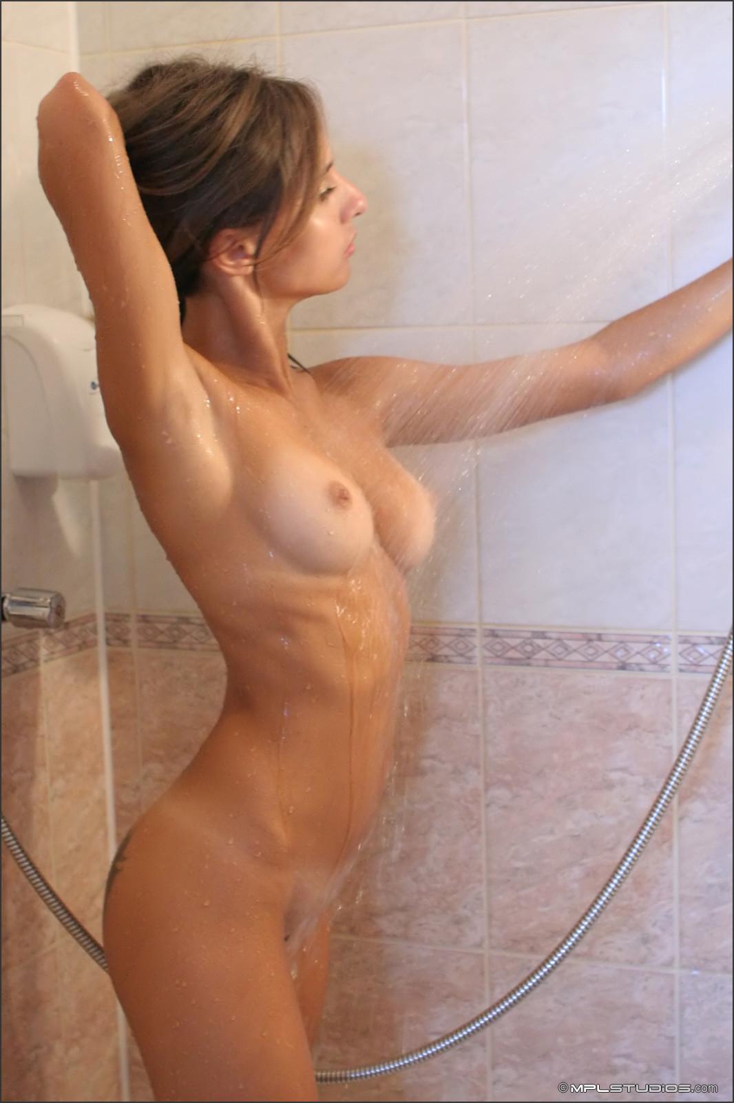 Симпа освежилась в ванной