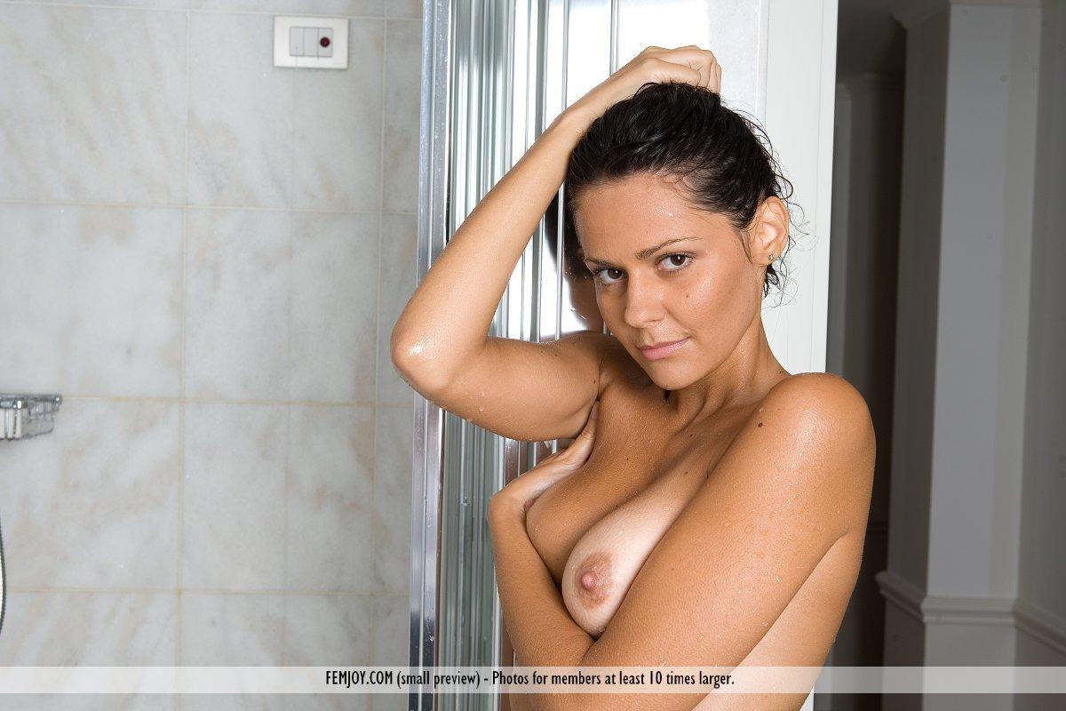 Chiara Femjoy принимает душ и покрывает себя ароматическими маслами